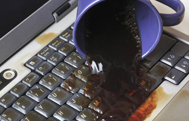 Photo of ¿Qué hacer cuando le cae agua, café o líquido a tu portátil?