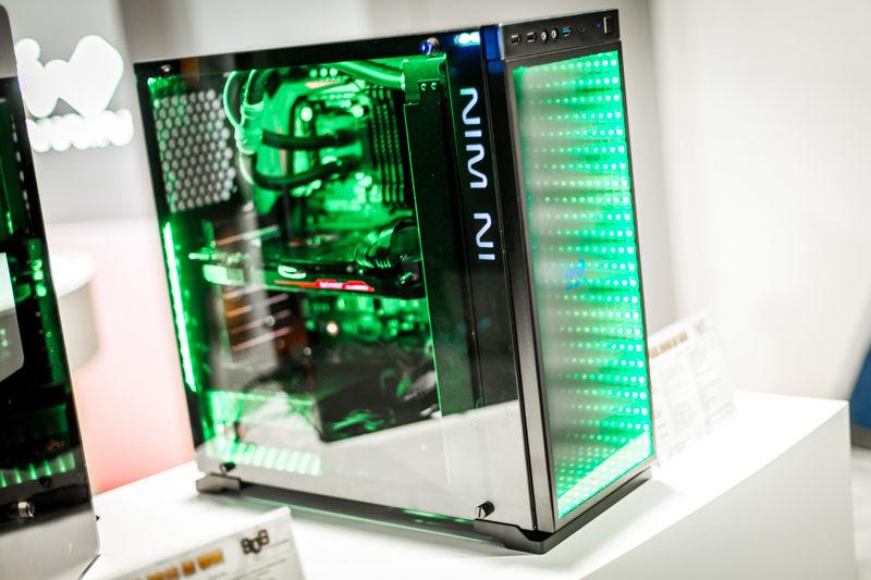 In Win 805 Infinity con mucho vidrio templado y luces LED RGB 2