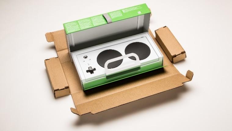 Se muestra el paquete del Xbox Adaptive Controller