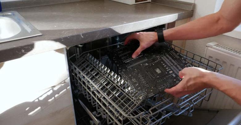 Photo of Der8auer muestra el uso del lavaplatos para limpiar el hardware