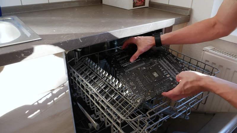 Der8auer muestra el uso del lavaplatos para limpiar el hardware