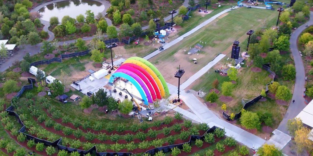 Un arcoíris en el Apple Park