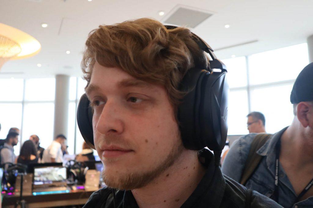 Persona con los auriculares puestos