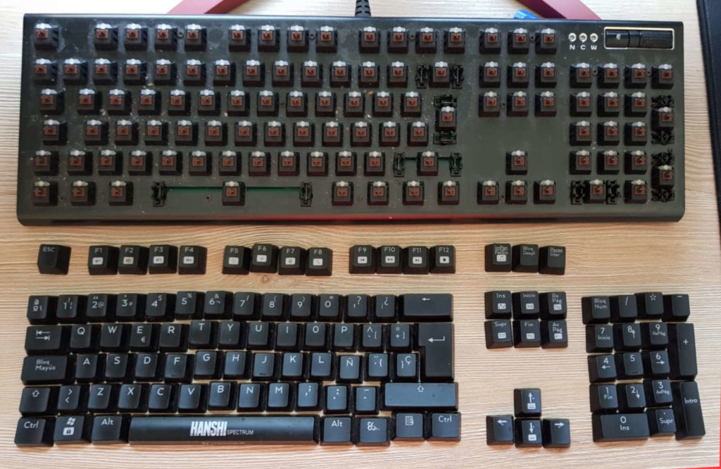 teclado mecánico desmontado